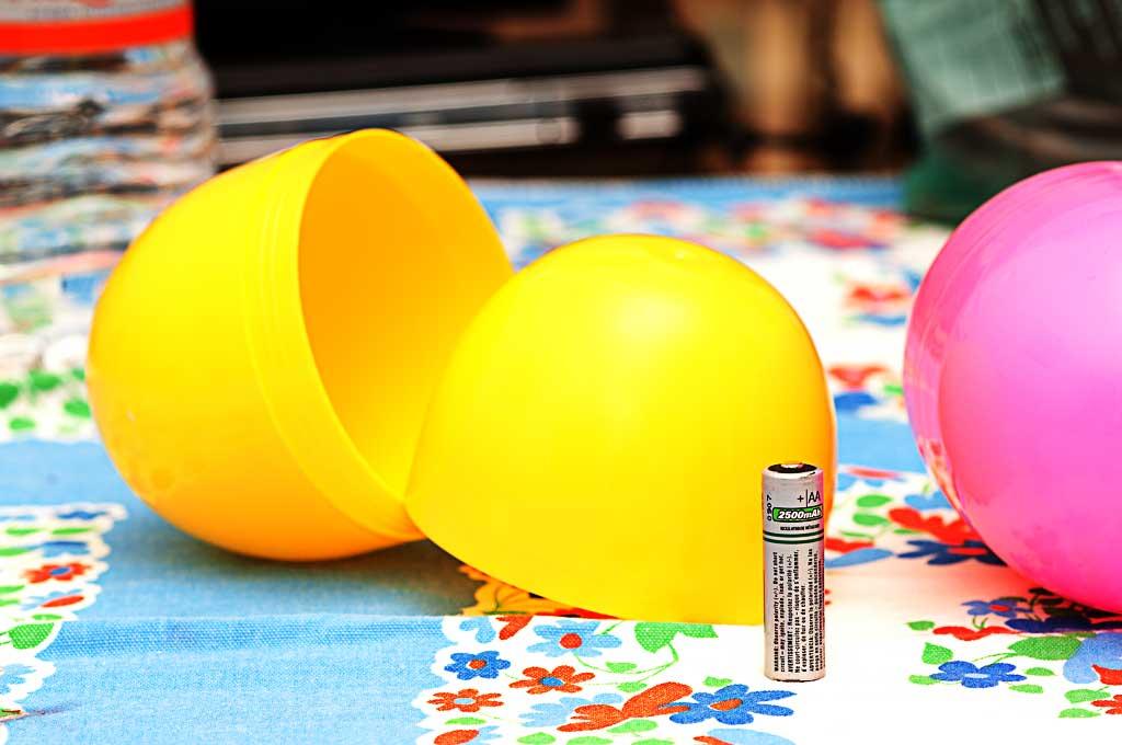 DIY: coloriamo lo sfondo con le palle facendo felice Topolino