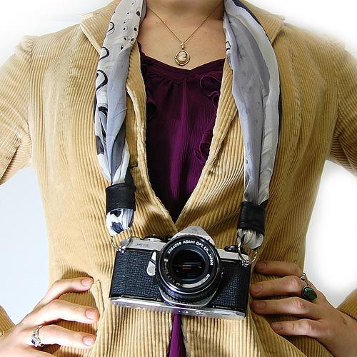 Come fare una cinghia per la macchina fotografica con una sciarpa